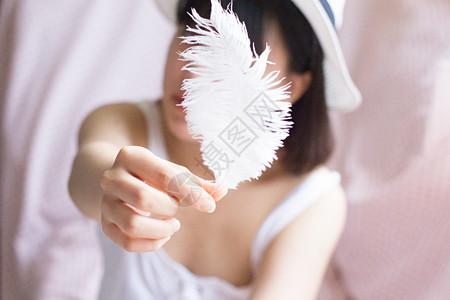 拿着羽毛的女孩图片