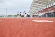 校园跑道操场图片