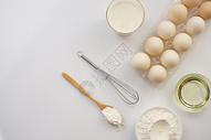 餐桌上的食材面粉鸡蛋图片