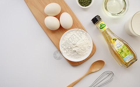 餐桌上的食材面粉鸡蛋橄榄油图片