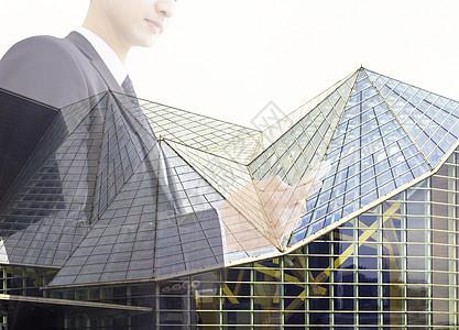 商人的双重曝光与夜晚的城市交通场景和玻璃装饰建筑有关图片