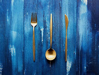 刀叉勺蓝色背景图片