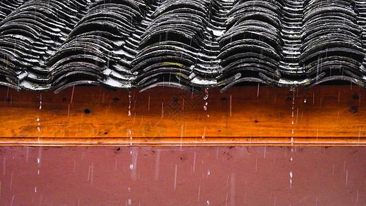 雨中的瓦片房屋特写图片