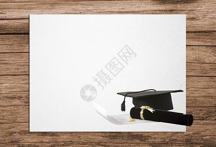 创意木桌上的博士帽与录取通知书图片