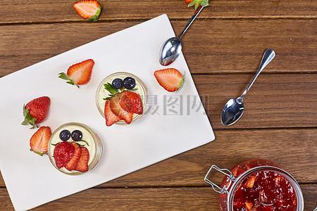 草莓慕斯杯图片