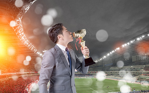 拿着奖杯的男人图片