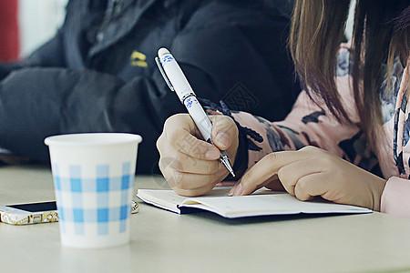 办公桌上的笔记本图片