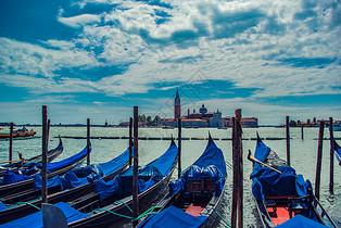 蓝天白云下的意大利威尼斯海边图片