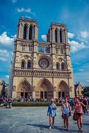 蓝天白云下的巴黎圣母院图片