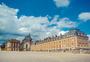 蓝天白云下的法国凡尔赛宫图片