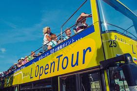 法国巴黎街头旅游观光车上的游客图片