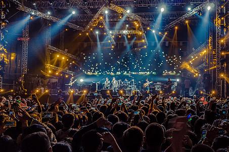 武汉草莓音乐节上狂热的舞台现场和观众图片