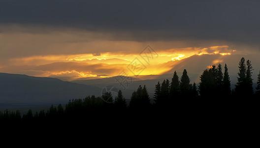 新疆草原森林日落耶稣光晚霞图片