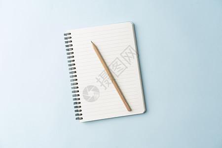 铅笔和记事本摆拍图片