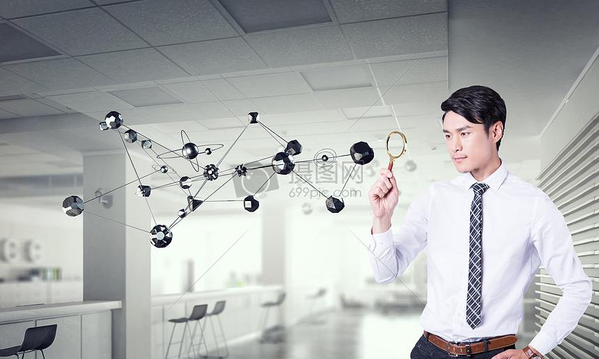 观察科技分子结构的男人图片