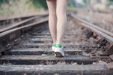 铁路上走路的女孩图片