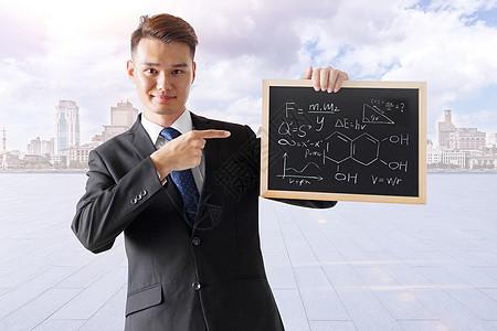 商务男士指向黑板图片