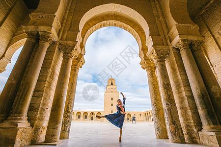突尼斯凯鲁万奥克巴大清真寺里跳舞的女性图片