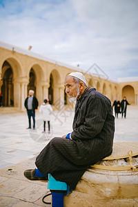 北非明珠突尼斯凯鲁万奥克巴大清真寺里的老人图片