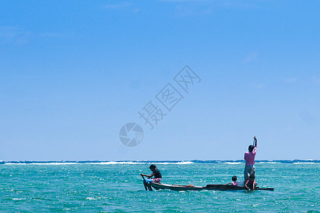 漂泊海上打渔的人图片