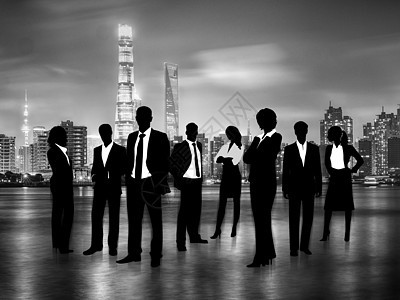 城市夜景下的商业人士图片
