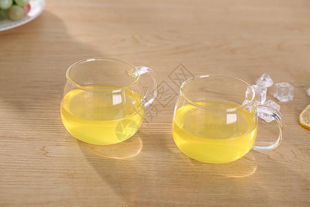 装柠檬水的茶杯图片