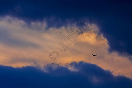 晚霞与飞机图片
