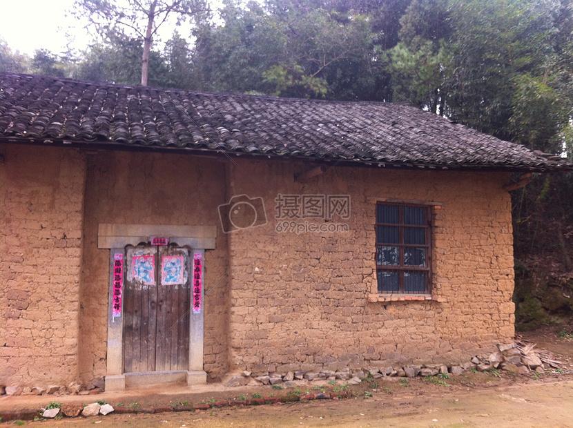 标签: 老房子艰苦老人瓦房土砖房子旧社会农村土砖房图片土砖房图片