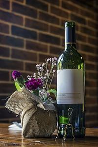 红酒餐桌图片