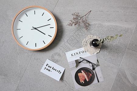 杂志与钟图片