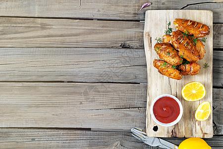 烤鸡翅番茄汁和柠檬图片