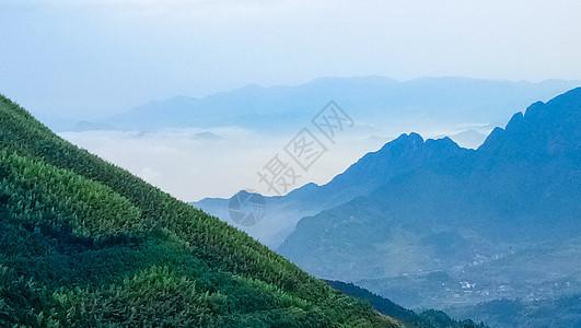 云雾缠绕中的山脉图片
