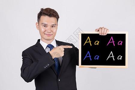 手持黑板讲解音标的男教师图片