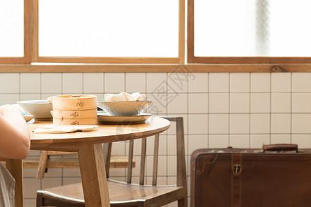 正在吃传统中式早餐的人图片
