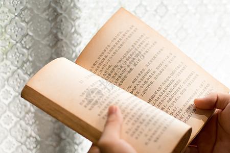 正在阅读看书的人图片