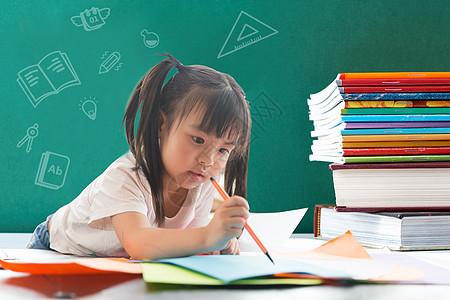 黑板前读书画画的小女孩图片