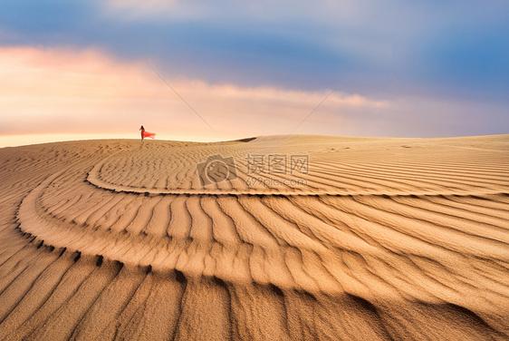 走在沙漠里的红衣美女图片