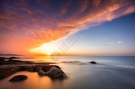 鳄鱼探海火烧云图片