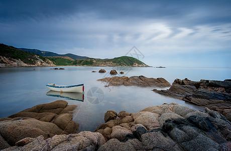 蓝天白云下的岩石小船图片