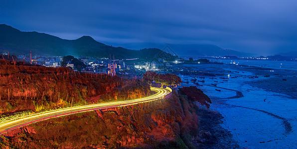 清晨,海滩边的繁忙公路图片