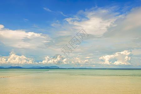 蓝天白云的马来西亚沙巴海边图片