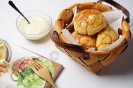 餐桌上的食物摆盘图片