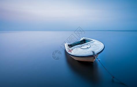 平静大海中的一只小船图片