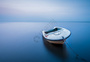 平静海中的一只小船图片