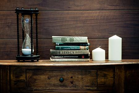 欧式书桌上的书图片
