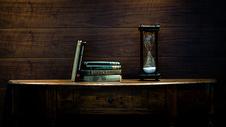 欧式书桌上的书和沙漏图片