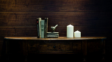 欧式书桌上的书和蜡烛图片