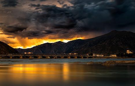 美爆天空下的桥梁光影图片