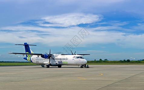 蓝天白下的大飞机图片