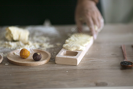 制做月饼在中秋佳节图片